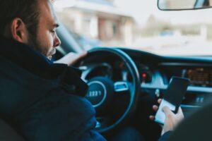 słuchanie podcastu w samochodzie